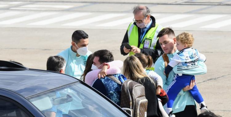 VIDEO: Messi llegó a Rosario y tuvo un emotivo reencuentro con Antonela Roccuzzo y sus hijos | El Diario 24